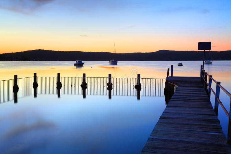 Blauer Bayousonnenuntergang mit Pool, Yattalunga lizenzfreie stockbilder