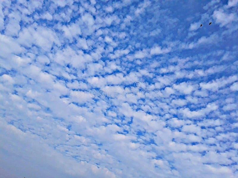 Blauer bewölkter Morgen Himmel Indien stockbilder