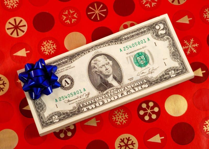 Blauer Bogen auf einem Stapel von zwei Dollarscheinen stockbilder