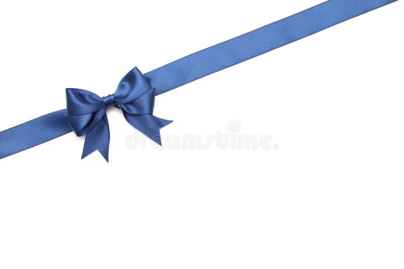 Blauer Bogen des schönen Geschenks mit dem Band lokalisiert auf weißem Hintergrund lizenzfreie stockbilder