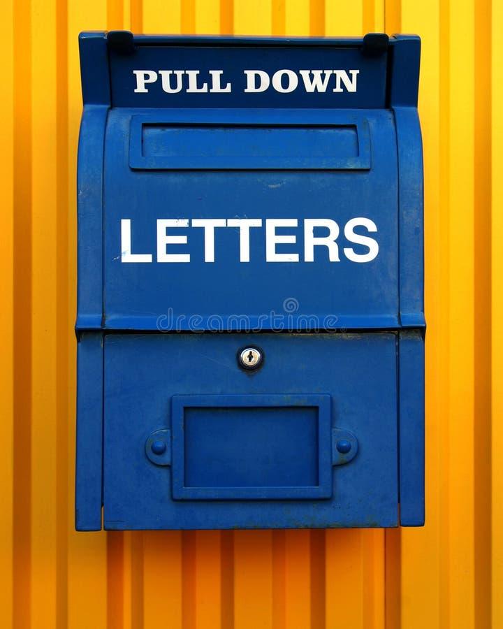 Blauer Briefkasten stockfoto