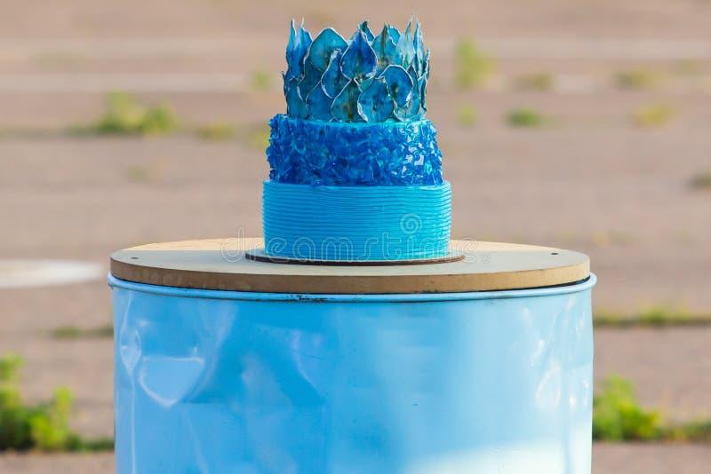 Blauer buttercream Geburtstagskuchen mit buntem besprüht lizenzfreies stockfoto