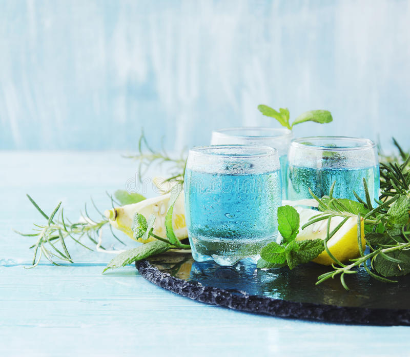 Blauer Curaçao-Likör oder -sambuca mit Zitrone stockfotografie