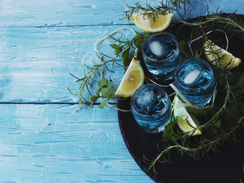Blauer Curaçao-Likör oder -sambuca mit Zitrone lizenzfreie stockfotografie
