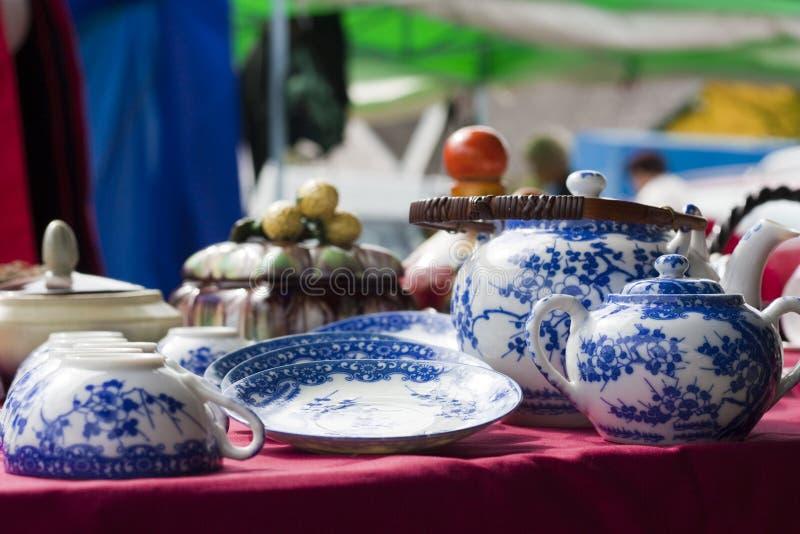 Blauer Dishware auf Flohmarkt stockfoto