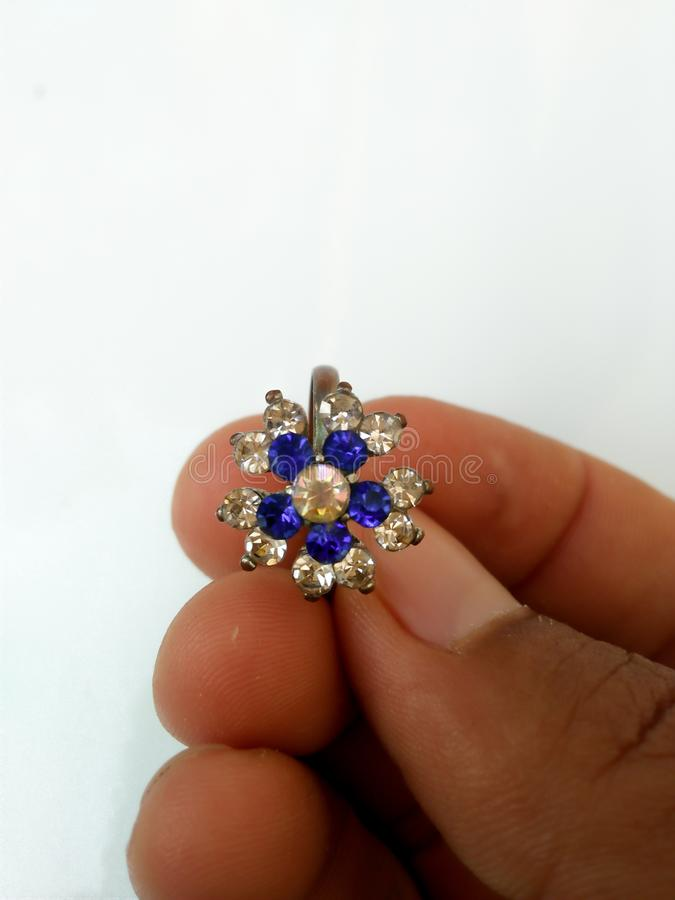 blauer Edelsteinring für Schönheiten lizenzfreie stockfotos