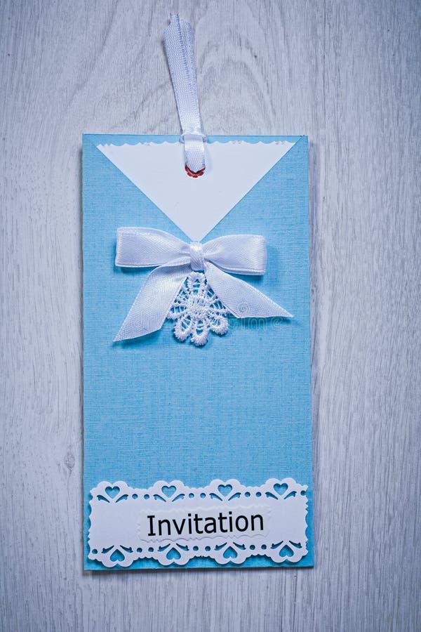 Blauer Einladungsumschlag auf grauem Hintergrund stockbilder