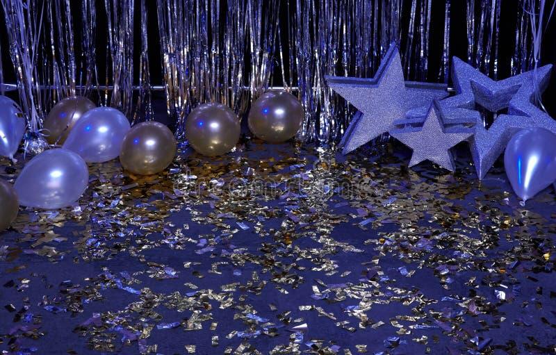 Blauer festlicher Neonhintergrund mit den Ballonen, Sternen und Konfettis belichtet durch farbige Laternen stockfotografie