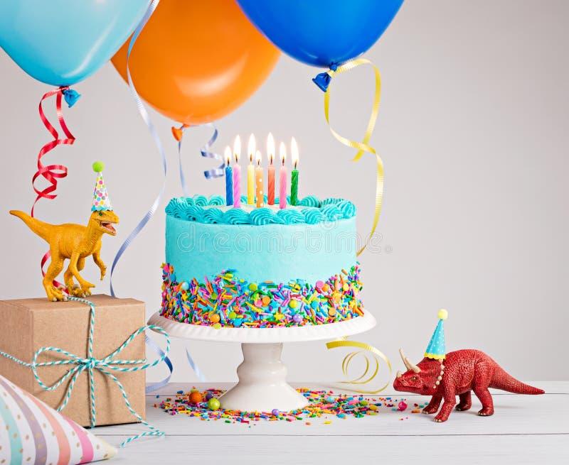 Blauer Geburtstags-Kuchen mit Ballonen lizenzfreie stockfotos