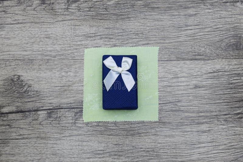 Blauer Geschenk-Kasten stockbild