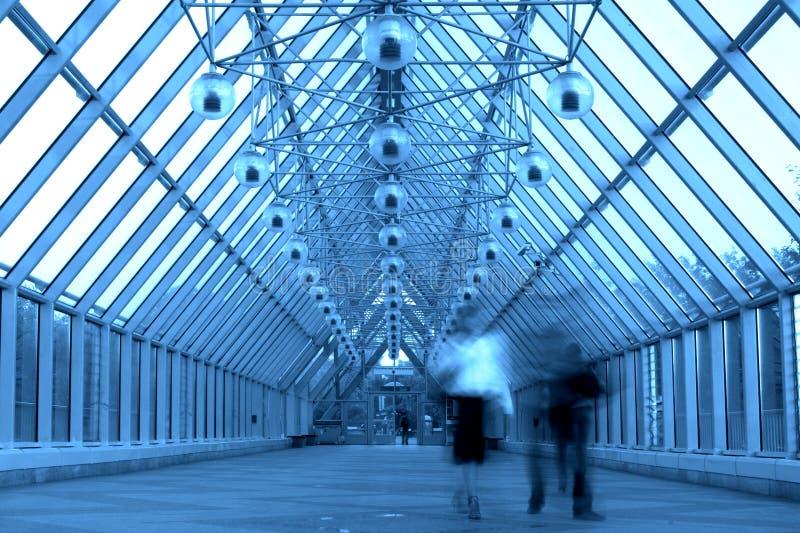 Blauer Glasflur in der Brücke lizenzfreie stockfotos