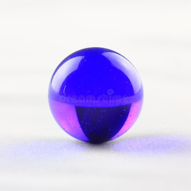 Blauer Glasmarmor lizenzfreies stockbild