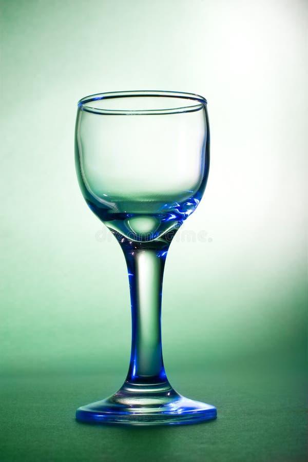 Blauer greller Glanz auf Weinglas lizenzfreie stockfotos