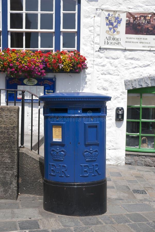 Blauer Guernsey-Briefkasten einzigartig zu Guernsey in der Stadt von St. Pierre Port St Peter Port, die Hauptregelung von Guernse lizenzfreie stockfotografie