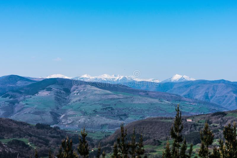 Blauer Himmel über schneebedecktem Berg stockfotografie