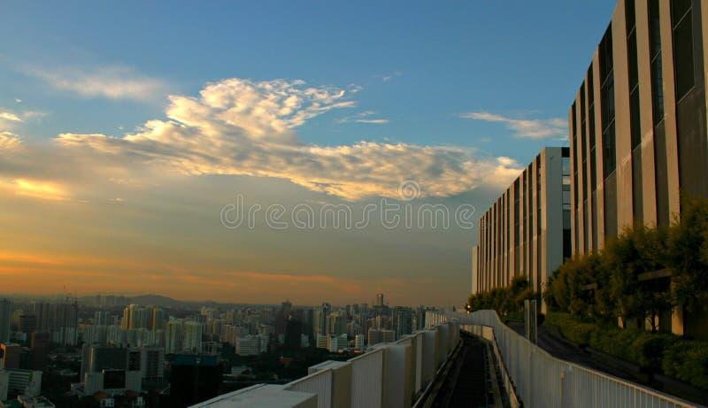 Blauer Himmel über Wolkenkratzern stockfoto