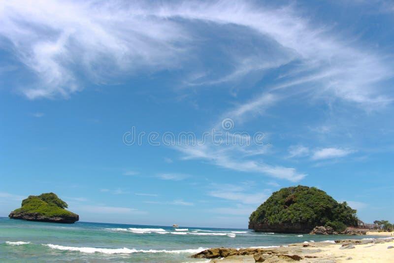 Blauer Himmel auf dem Strand stockfotos