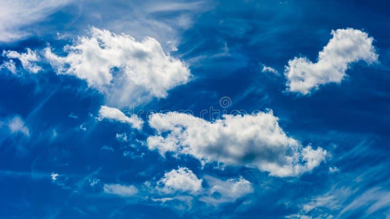 Blauer Himmel auf Gray Day lizenzfreies stockfoto