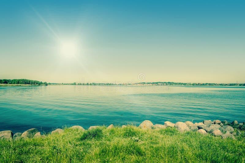 blauer Himmel, blauer Ozean und Palmen lizenzfreie stockfotos