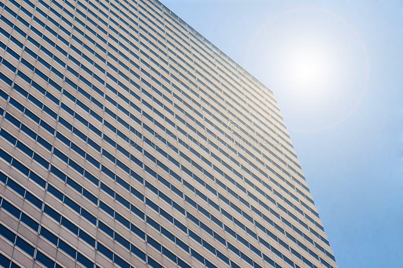 Blauer Himmel, der in den Fenstern sich reflektiert lizenzfreie stockbilder