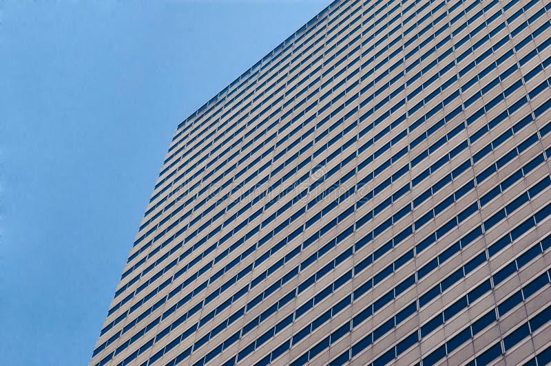 Blauer Himmel, der in den Fenstern sich reflektiert lizenzfreies stockbild