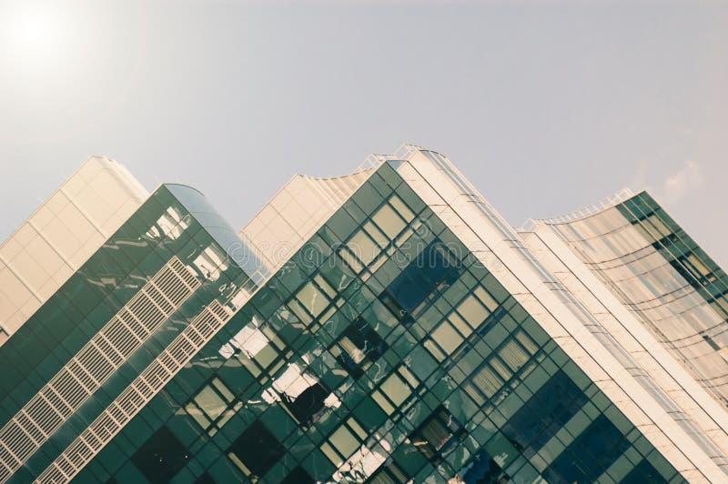 Blauer Himmel, der in den Fenstern sich reflektiert lizenzfreie stockfotografie