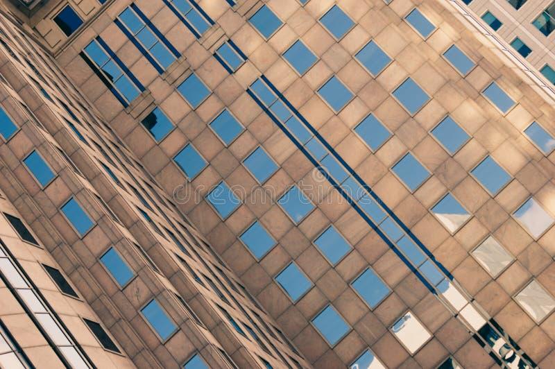 Blauer Himmel, der in den Fenstern sich reflektiert stockfotos