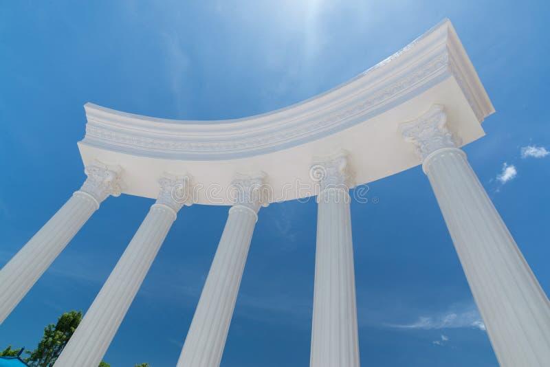 Blauer Himmel der griechischen römischen Spalte stockfotografie