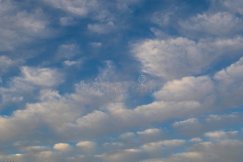 Blauer Himmel des Hintergrundgebrauches mit seidigen weißen Wolken stockbilder