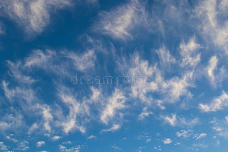 Blauer Himmel des Hintergrundgebrauches mit seidigen weißen Wolken lizenzfreies stockbild