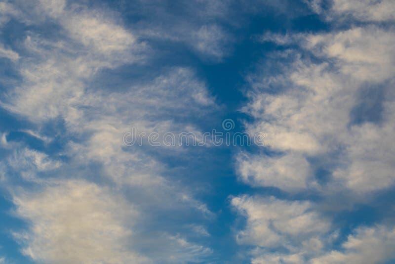 Blauer Himmel des Hintergrundgebrauches mit seidigen weißen Wolken lizenzfreie stockbilder