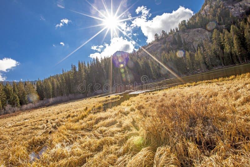 Blauer Himmel des Mountainsees stockfotografie