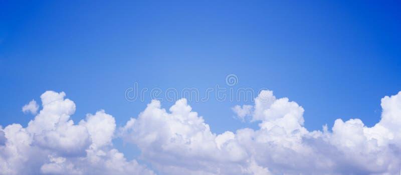 Blauer Himmel des Panoramas mit Wolken lizenzfreie stockfotografie