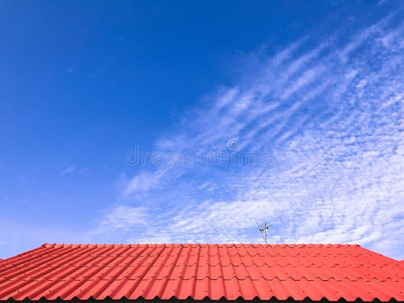 blauer Himmel des roten Dachfreien raumes lizenzfreie stockfotos