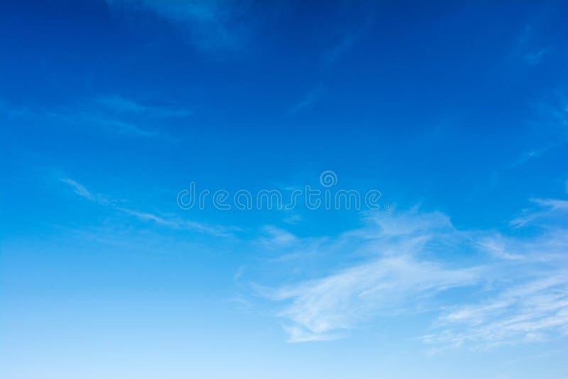 Blauer Himmel des Sommers stockbilder