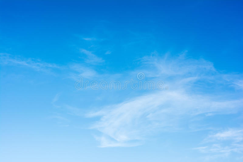 Blauer Himmel des Sommers lizenzfreie stockfotografie