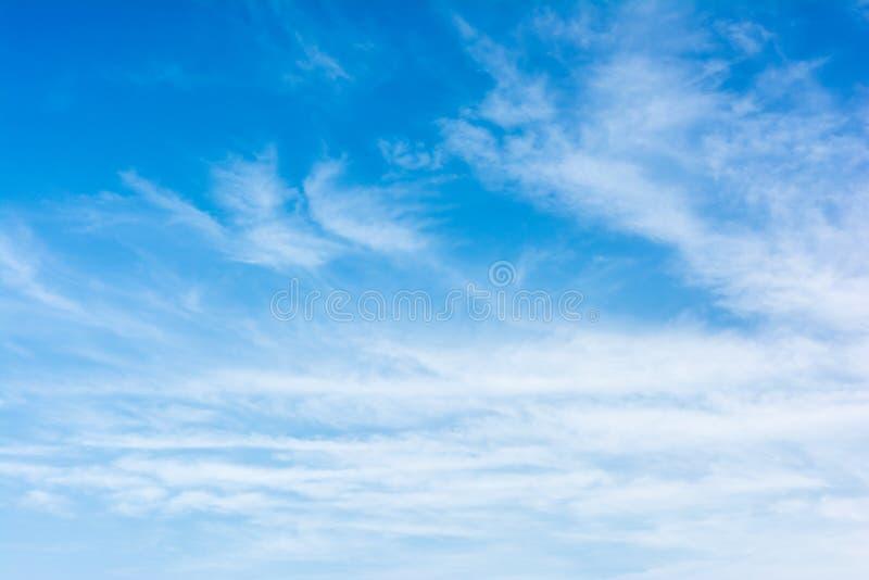 Blauer Himmel des Sommers lizenzfreie stockbilder