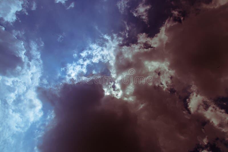 Blauer Himmel-Dunkelheits-Wolken lizenzfreie stockfotografie