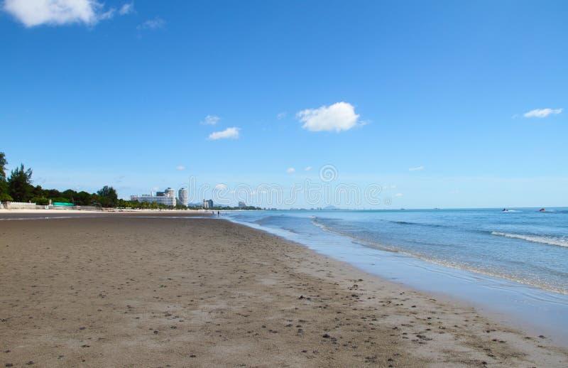 Blauer Himmel-Gebäude auf dem Strand stockfotos