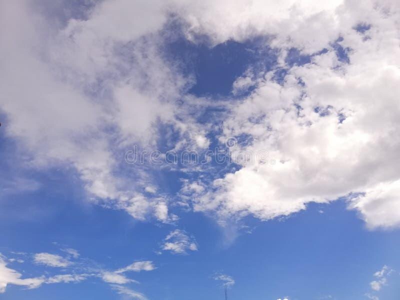 Blauer Himmel-Hintergrund mit wei?en kleinen Wolken lizenzfreie stockbilder