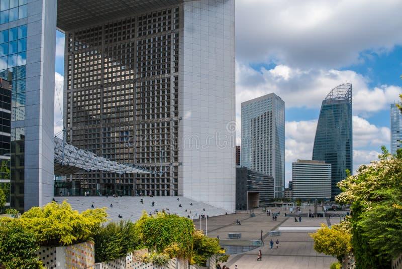 Blauer Himmel Le-Grande Arche bewölkt Anlagen Paris in die Stadt lizenzfreie stockfotografie