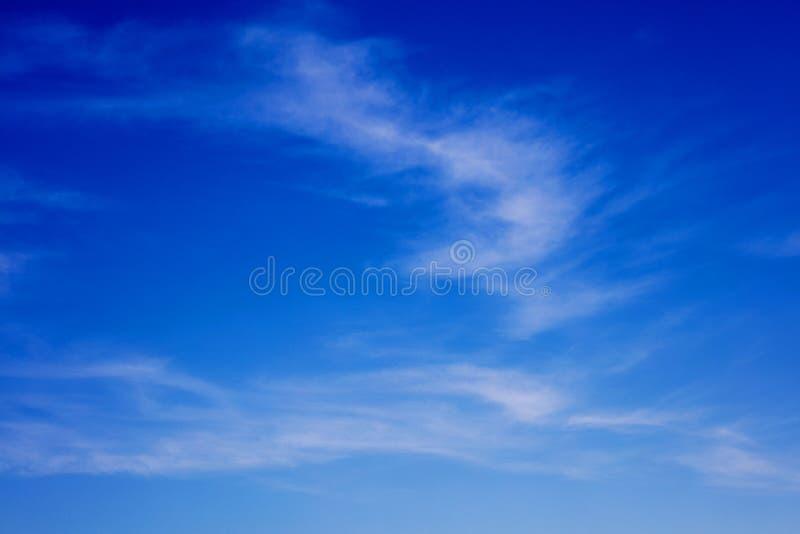 Blauer Himmel mit den Wolken, die Hintergr?nde ?berraschen, tapeziert der Entschlie?ungs-sch?nen Kunst der hohen Qualit?t Drucke stockfotografie