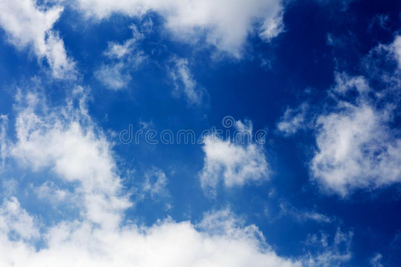 Blauer Himmel mit den Wolken, die Hintergr?nde ?berraschen, tapeziert der Entschlie?ungs-sch?nen Kunst der hohen Qualit?t Drucke stockfoto