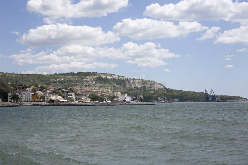 Blauer Himmel mit flaumigem Weiß bewölkt Balchik-Seeküste lizenzfreies stockbild
