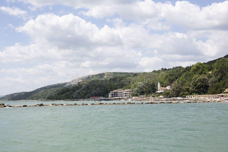 Blauer Himmel mit flaumigem Weiß bewölkt Balchik-Seeküste lizenzfreies stockfoto