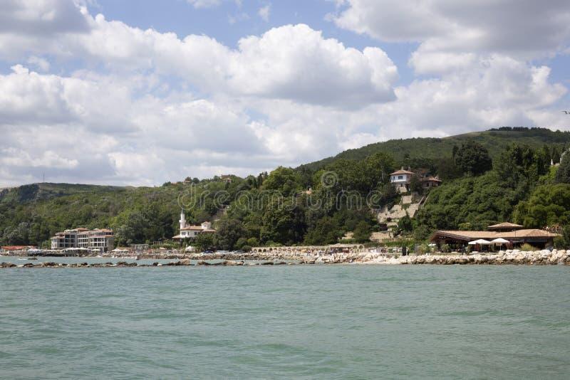 Blauer Himmel mit flaumigem Weiß bewölkt Balchik-Seeküste lizenzfreie stockfotos