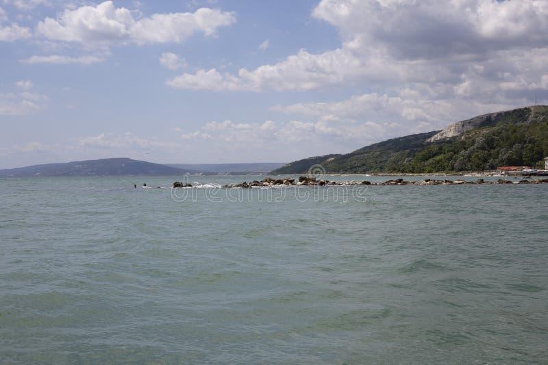 Blauer Himmel mit flaumigem Weiß bewölkt Balchik-Seeküste stockfotos