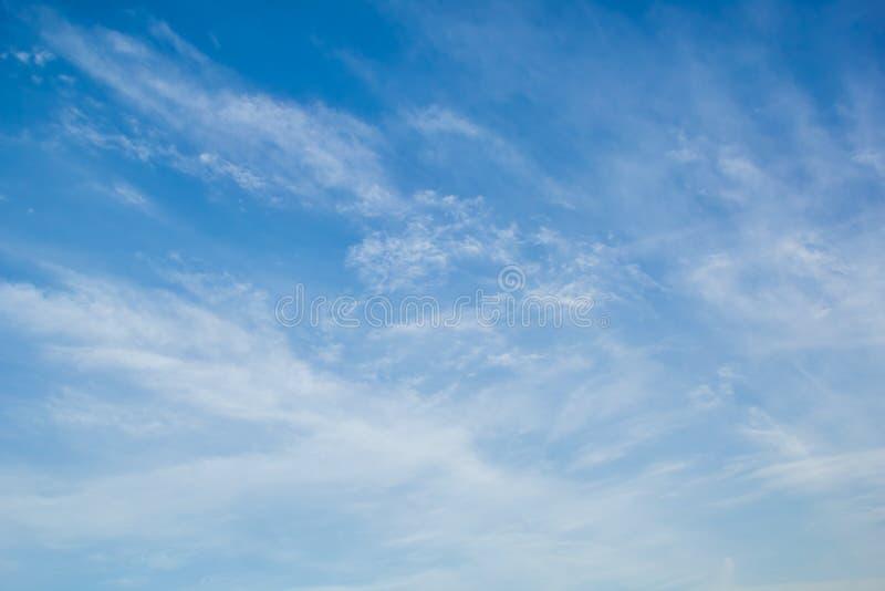 Blauer Himmel mit hellen weißen Federwolkewolken stockbild