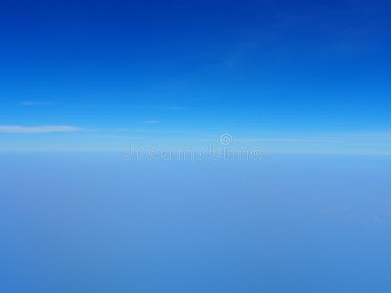 Blauer Himmel mit heller Wolke lizenzfreie stockfotos