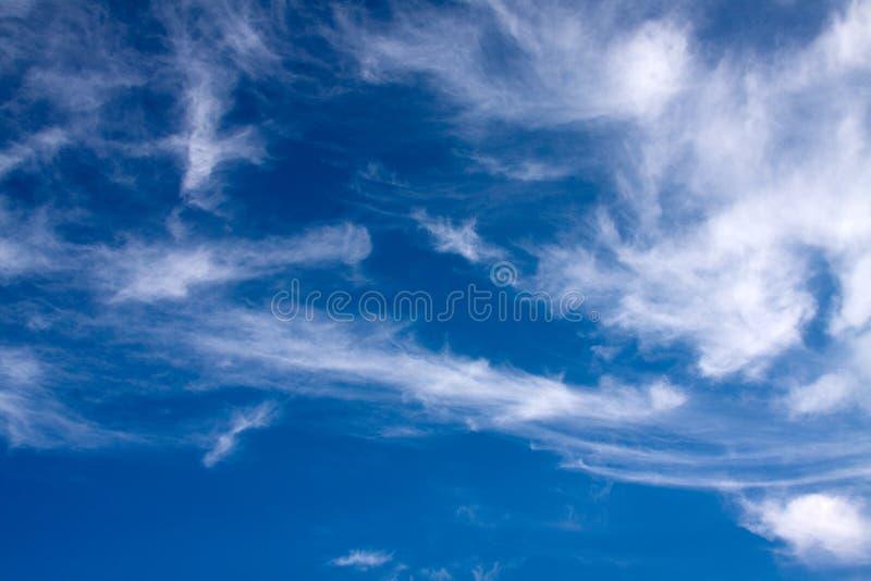 Blauer Himmel mit hohen Wolken. stockbild